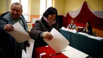 Un couple polonais vote dans un villade de Przecieszyn