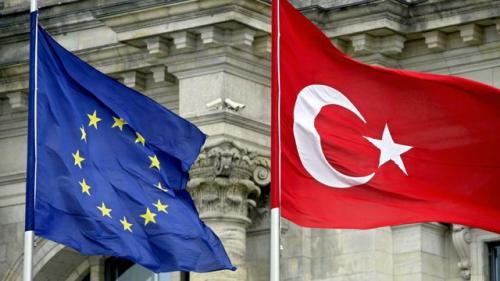 drapeaux-de-l-ue-et-de-la-turquie-a-berlin-le-16-juin-2004_5471348.jpg