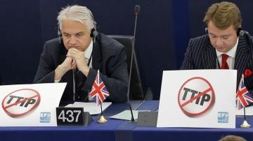Des membres britanniques du Parlement européen affichant leur opposition au TTIP