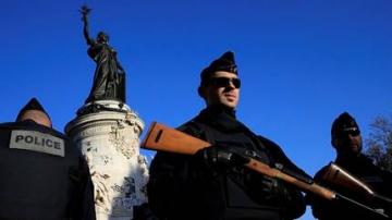 Des policiers place de la République à Paris le 15 novembre 2015.