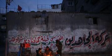 Des Palestiniens de la bande de Gaza se réchauffent autour d'une feu, le 14 mars 2014.