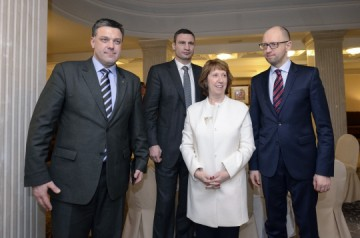 Catherine-Ashton-au-nom-de-l'UE-a-rencontré-l'opposition-ukrainienne.-A-gauche-Oleh-Tyahnybok-le-député-du-parti-néo-nazi-Svoboda.