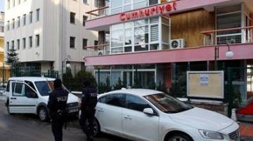Des policiers devant les locaux du journal d'opposition Cumhuriyet.