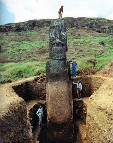 Statue déterrée de l'île de Pâques.jpg