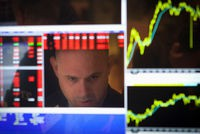 http://static.lexpress.fr/medias_8045/w_200,h_134,c_fill,g_north/a-trader-is-reflected-in-his-computer-screen-on-the-floor-of-the-new-york-stock-exchange-at-the-market-open-in-new-york_4119084.jpg