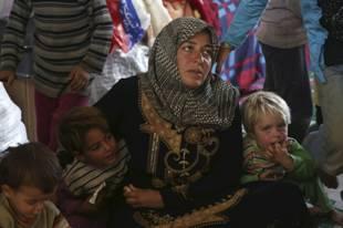 Femme syrienne avec des enfants, province d'Alep, Syrie, Oct. 21, 2015