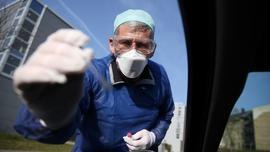 Un médecin allemand teste un automobiliste pour vérifier s'il est positif ou non au coronavirus le 27 mars 2020 à Halle, dans l'est de l'Allemagne. [Ronny Hartmann / AFP]